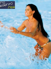 pamela-david-topless-en-la-playa